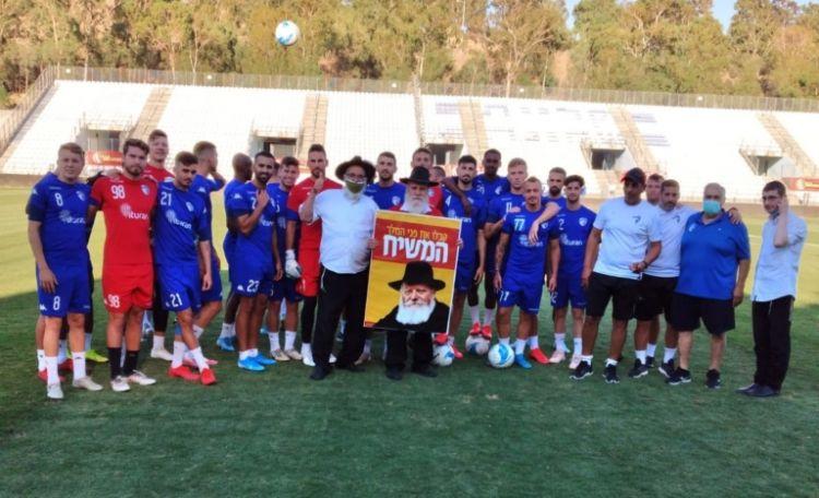 ר' גרשון פריד במבצע תפילין עם שחקני כדורגל