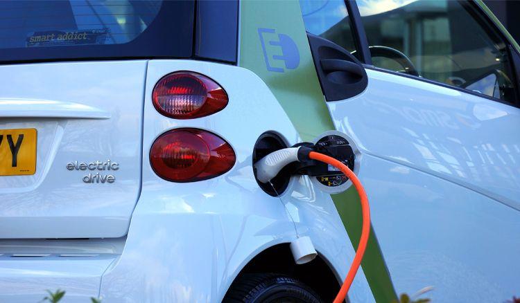מהגג לגלגלים: פיילוט סולארי חדשני לטעינת רכב חשמלי