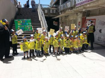 ילדי החיידר בתהלוכה ססגונית