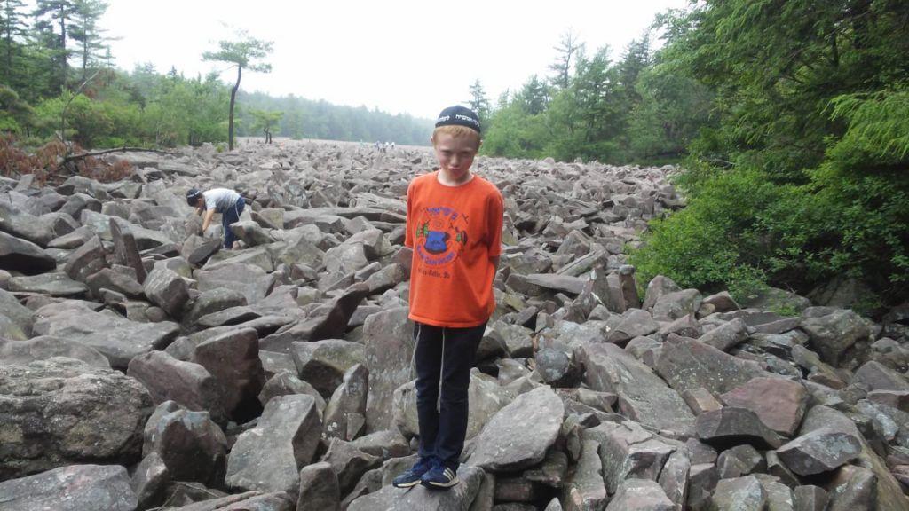 קעמפ גן ישראל בפנסילבניה בטיול לשדה הסלעים