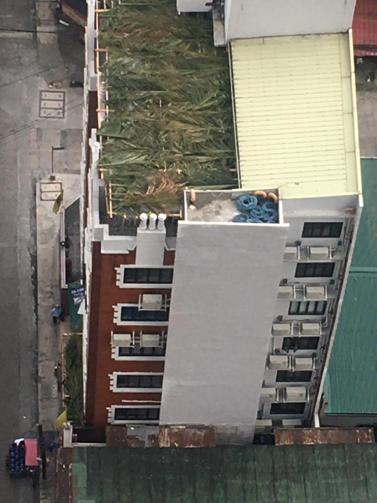 """הסוכה על גג בבית חב""""ד בן 9 קומות במנילה, פיליפינים"""