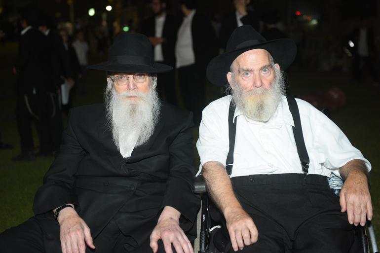 משמאל: הרב מנחם יעקב רייניץ, לוד