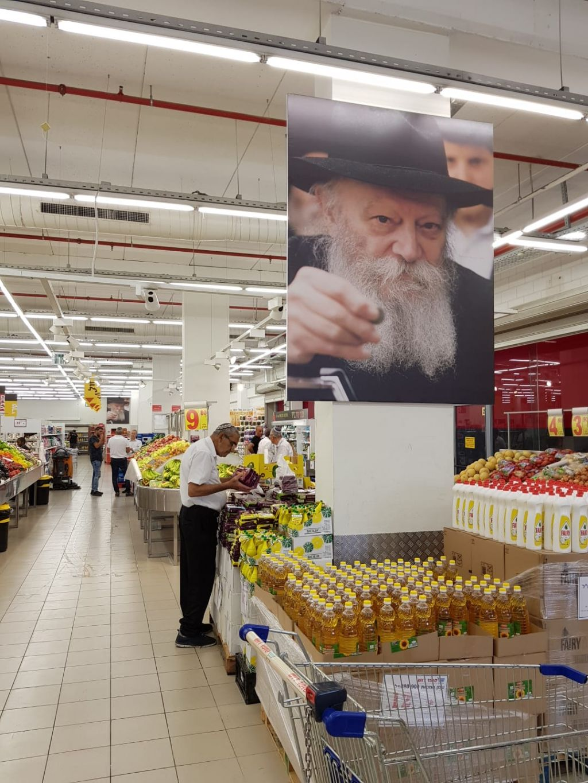 """הרבי שליט""""א מלך המשיח בכניסה לחנות"""