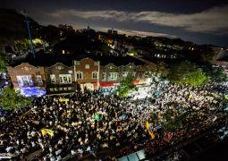 """סוכות תש""""פ: עשרות אלפי רוקדים ברחובות ניו יורק"""