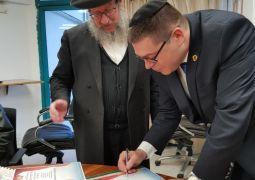 ראש העיר צפת חותם על קבלת המלכות
