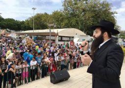 קרית גת: אלפי אנשים שמעו על מצוות החג בקרנבל פורים